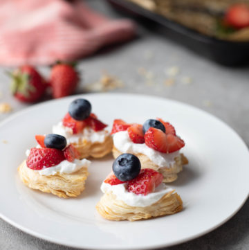 strawberry-puff-pastry-bites with cream strawberries and blueberries