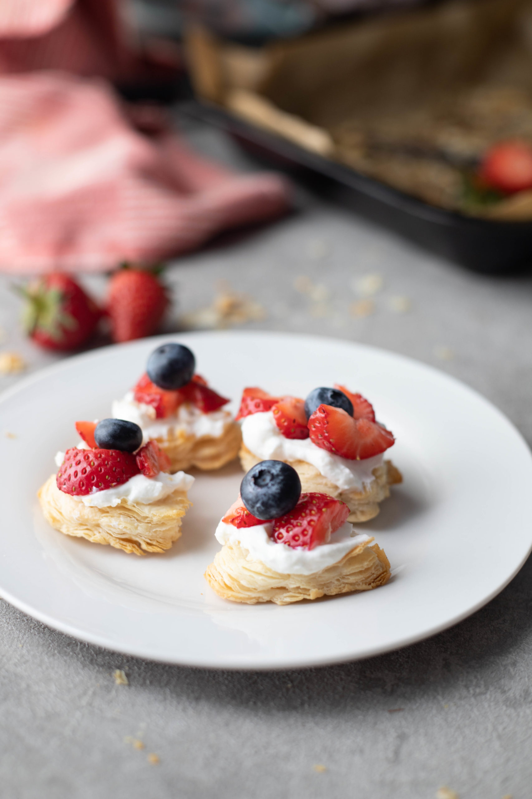 puff-pastry-bites with cream strawberries and blueberries