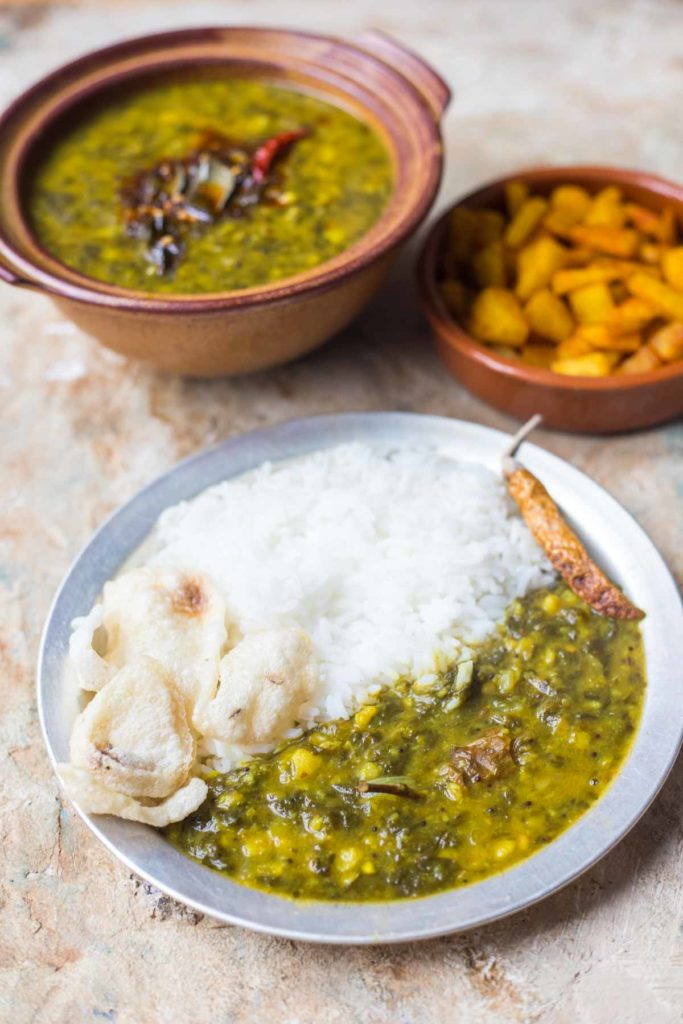 a plate of gogura pappu served with rice and indian crackers
